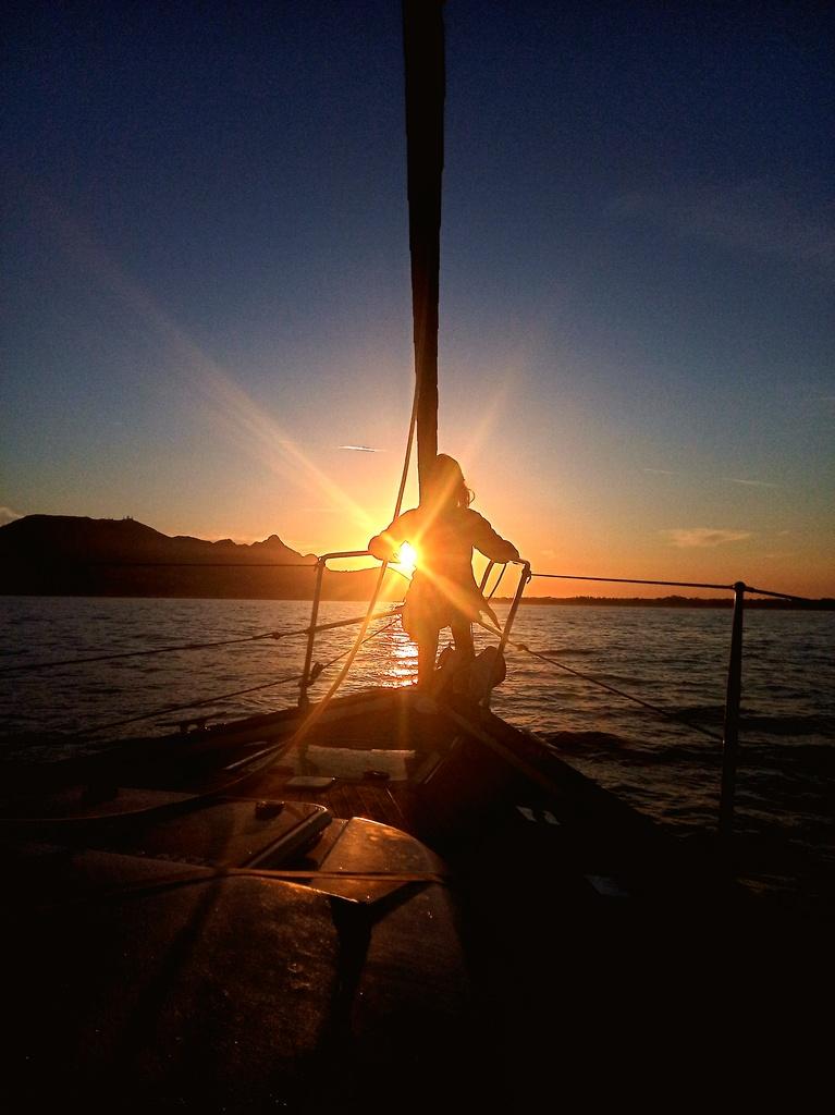 relax in barca a vela al tramonto
